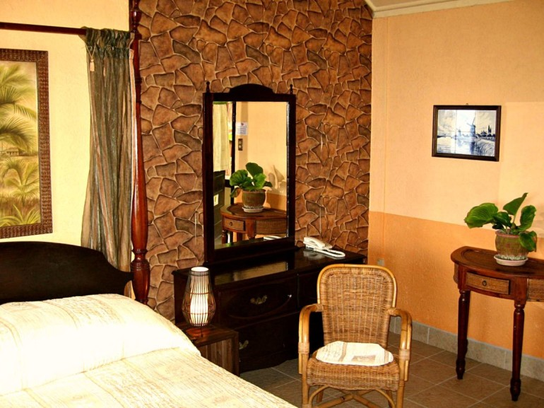 Scout's Hotal Bedroom Saba