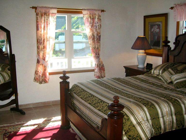 Elsie's Villa Master Bedroom Saba